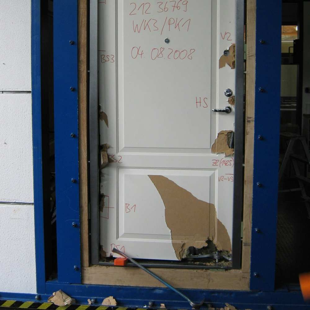 23_Only surface damage to door after forcing with crowbar