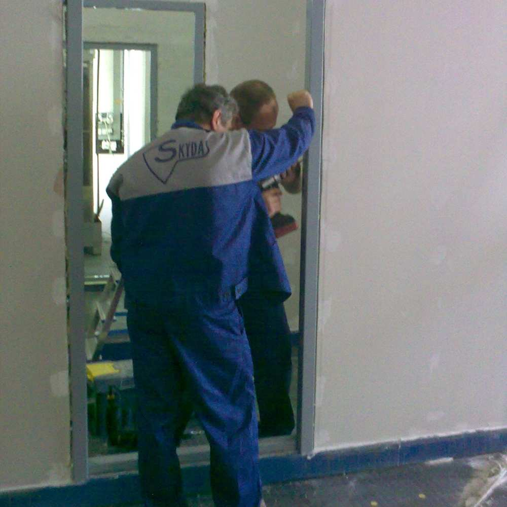 02_Fixing frame to plasterboard wall