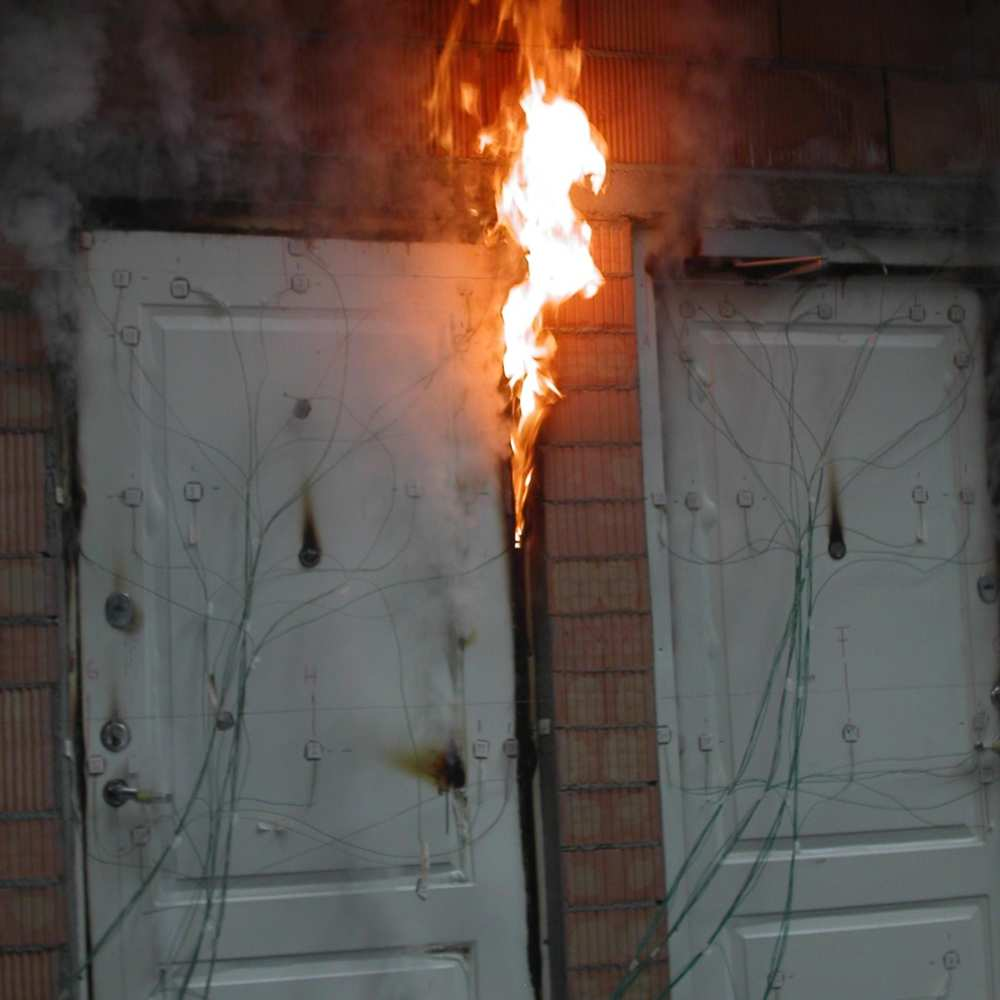 08_Entrance door fire test ends when flames appear