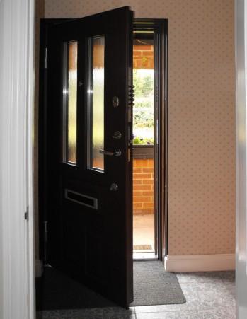 0082_Inner view of security front door with secret chain